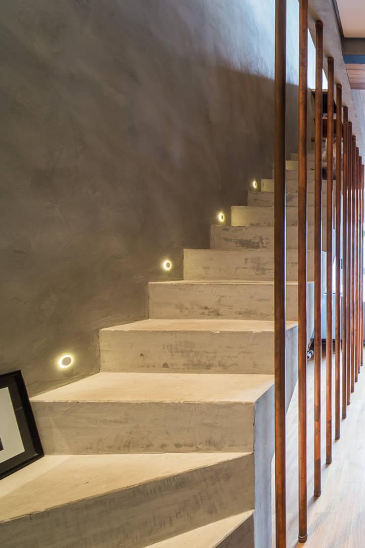 Коридор и прихожая в . Автор – Casa100 Arquitetura, Модерн