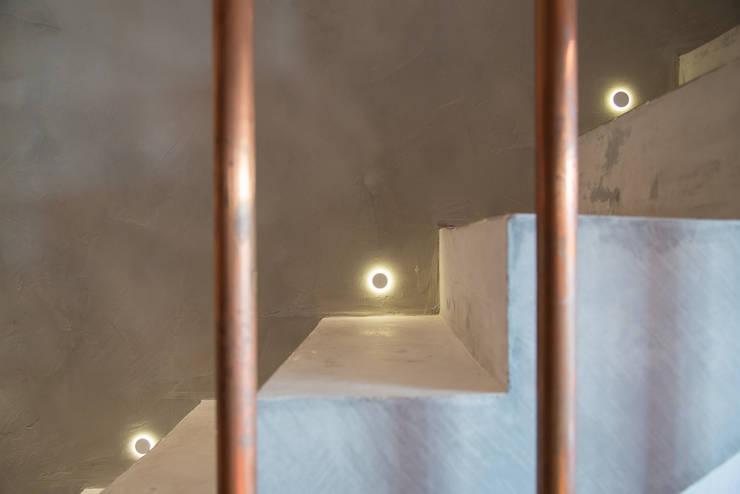 apto cobre/blue: Corredores e halls de entrada  por Casa100 Arquitetura
