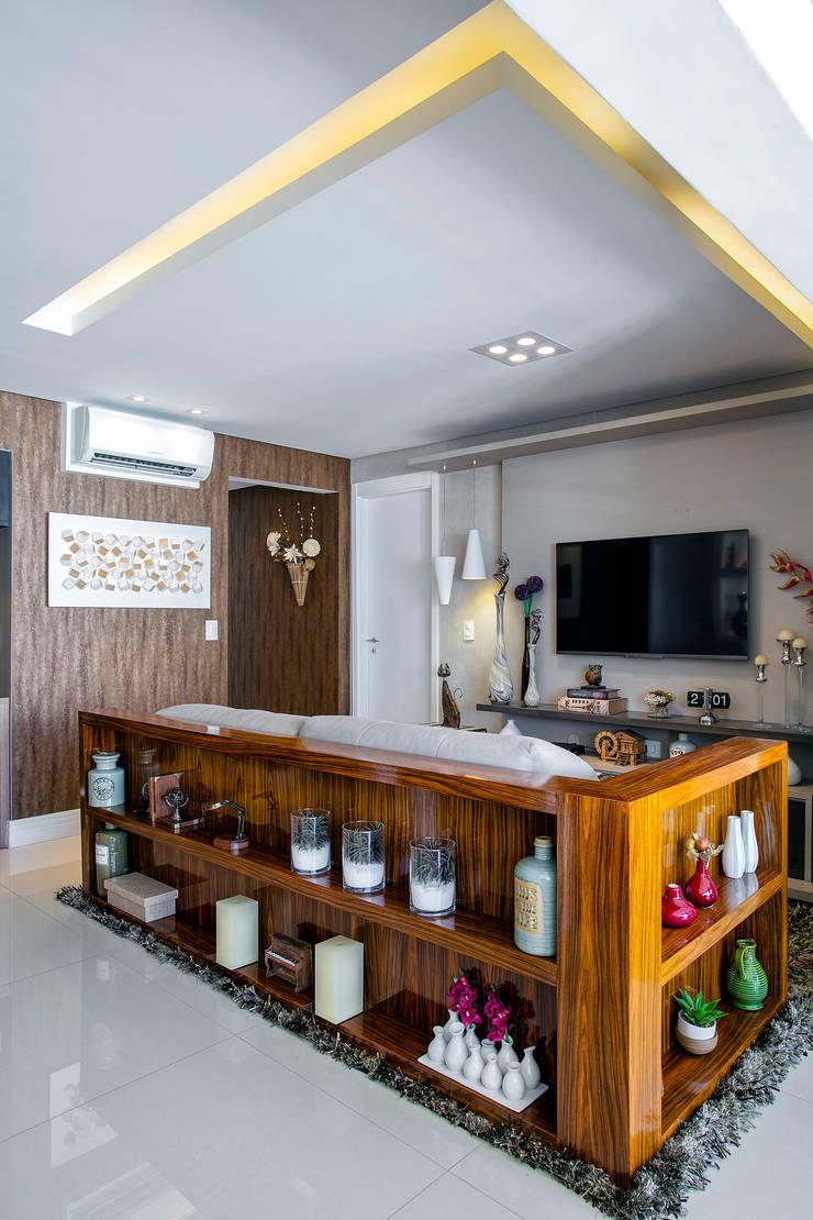 Detalhe do aparador: Salas multimídia ecléticas por Adriana Pierantoni Arquitetura & Design
