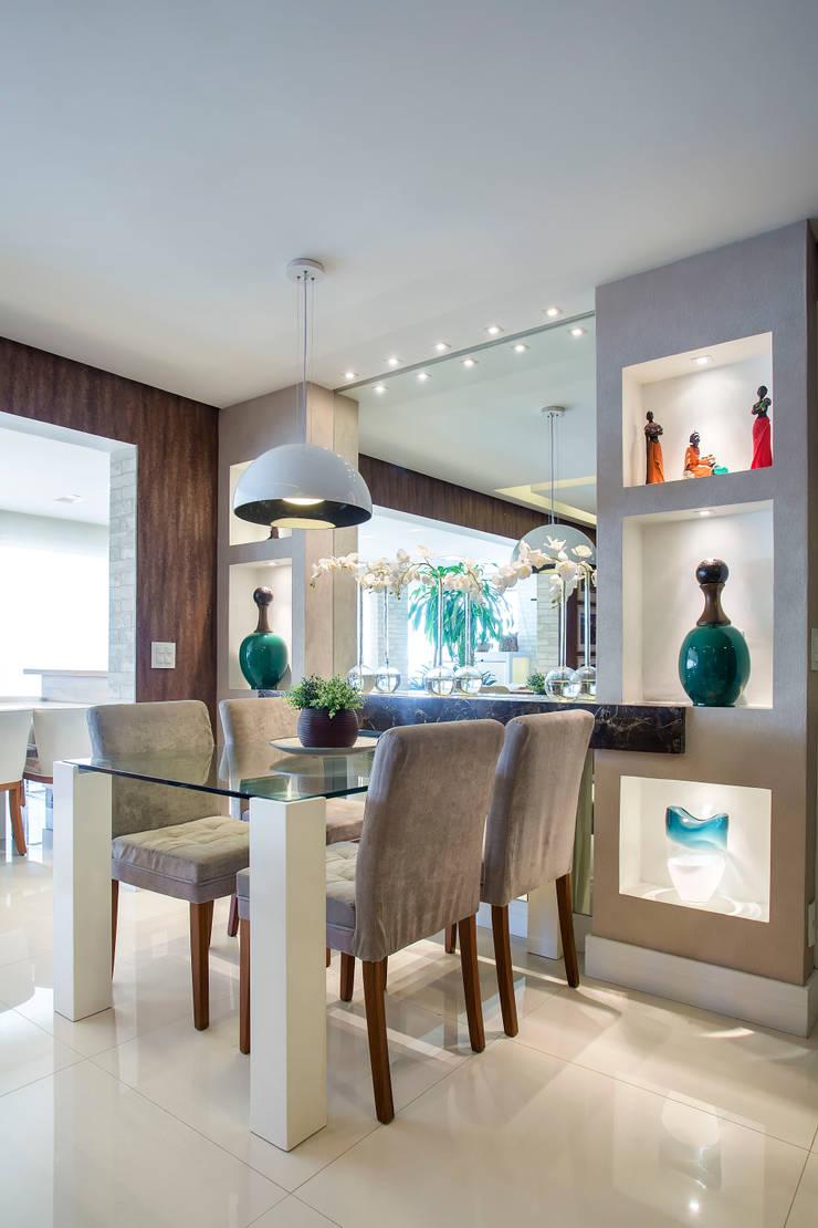 Espaço para refeição rápida: Salas de jantar ecléticas por Adriana Pierantoni Arquitetura & Design