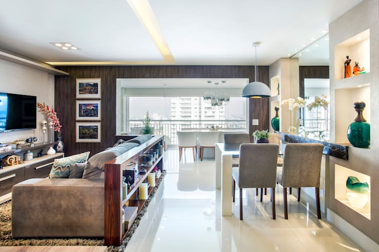 Living room by Adriana Pierantoni Arquitetura & Design