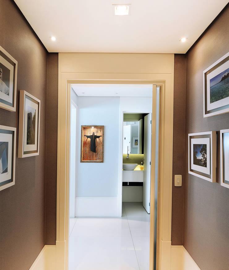 MOEMA/SP: Corredores e halls de entrada  por Thaisa Camargo Arquitetura e Interiores,Eclético