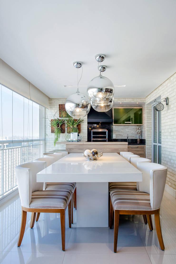O Jantar foi projetado no Terraço: Terraços  por Adriana Pierantoni Arquitetura & Design