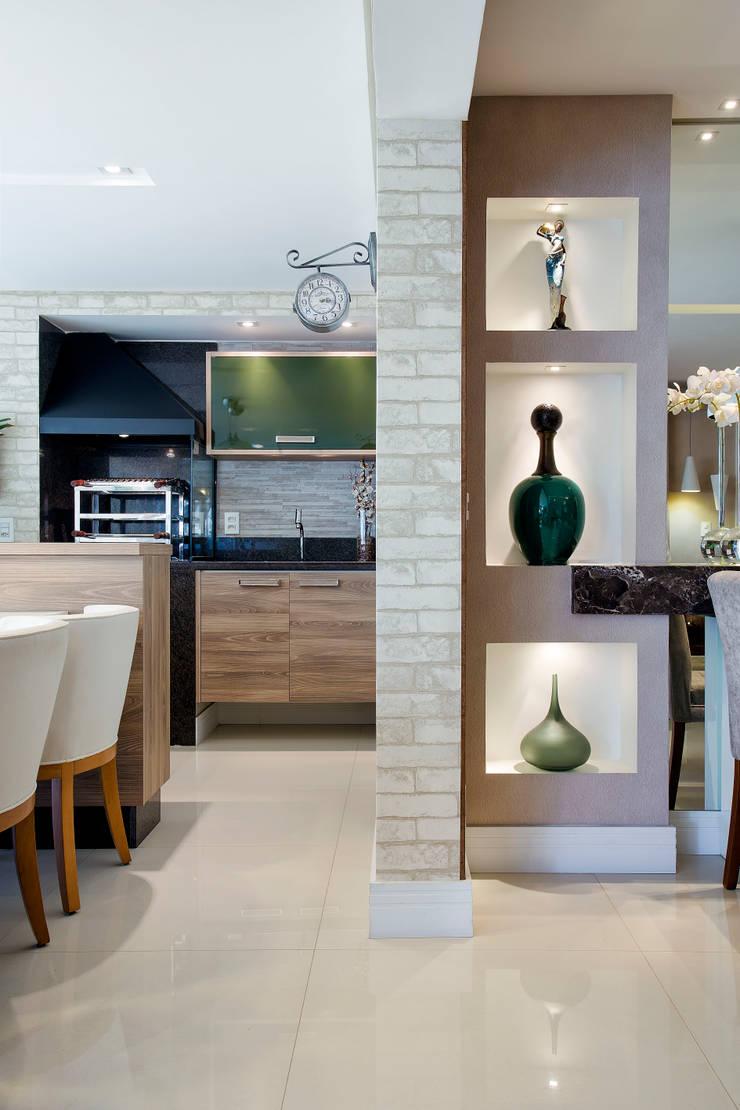 Detalhe dos nichos que dividem o ambiente Terraço e Estar: Terraços  por Adriana Pierantoni Arquitetura & Design