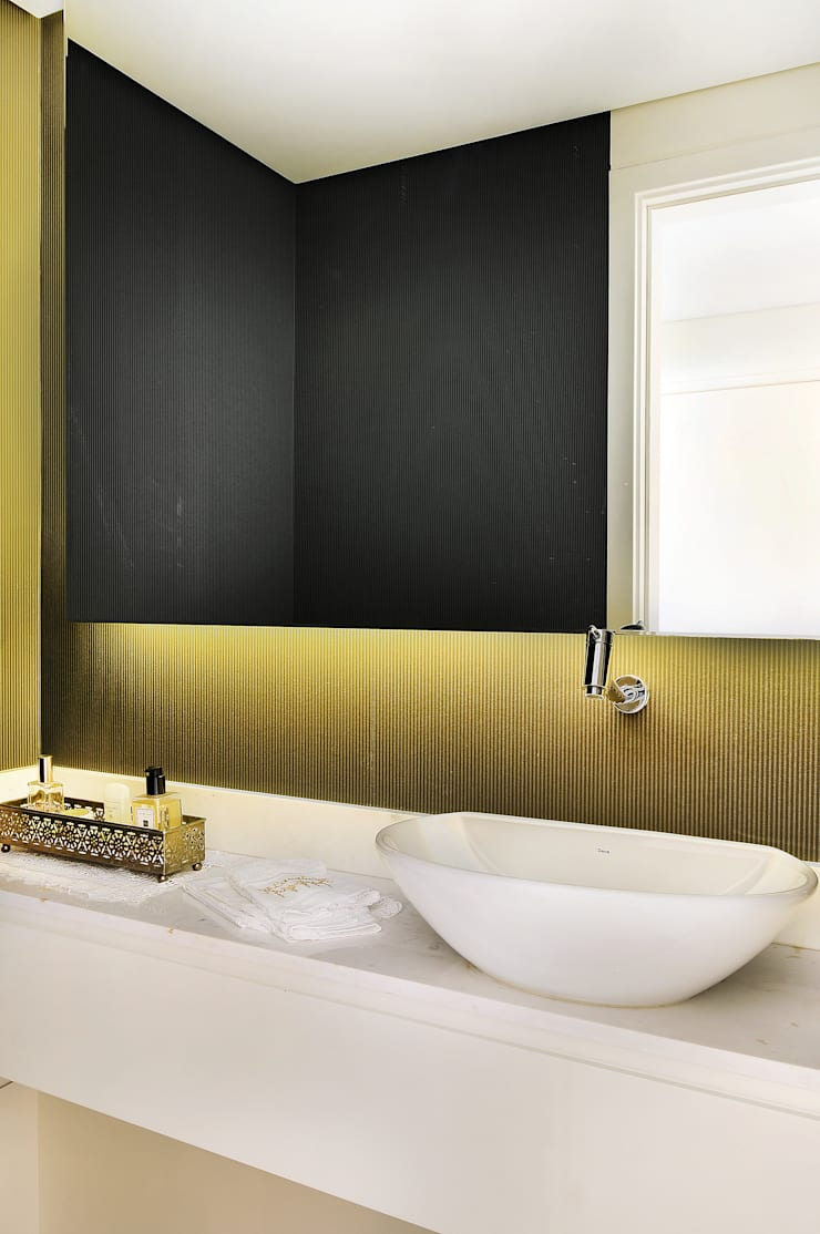 MOEMA/SP: Banheiros  por Thaisa Camargo Arquitetura e Interiores,Eclético