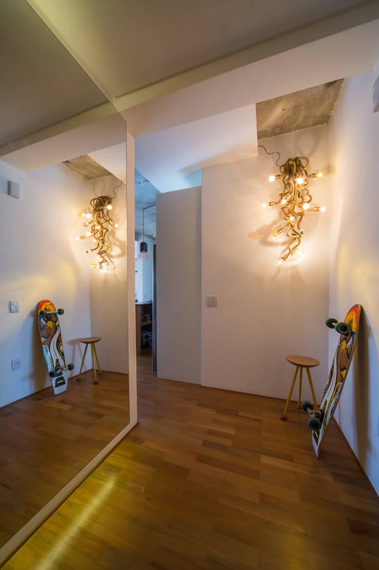 apto poledance: Corredores e halls de entrada  por Casa100 Arquitetura