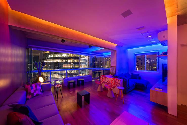apto poledance: Salas de estar modernas por Casa100 Arquitetura