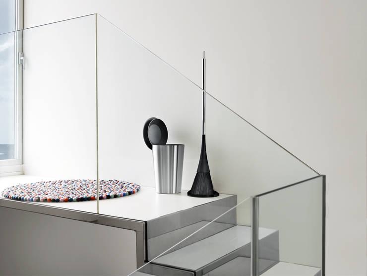 Vestíbulos, pasillos y escaleras de estilo  por Eva Solo