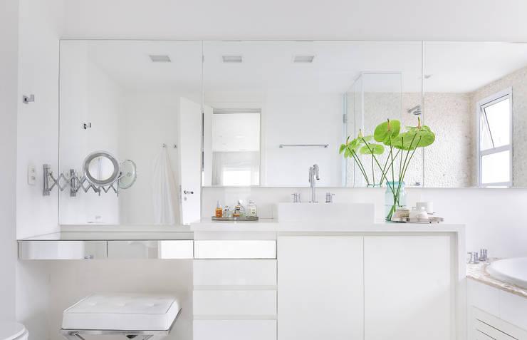 Ванные комнаты в . Автор – Thaisa Camargo Arquitetura e Interiores