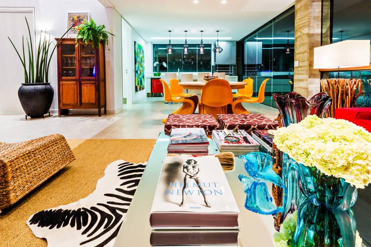Salas / recibidores de estilo  por IE Arquitetura + Interiores