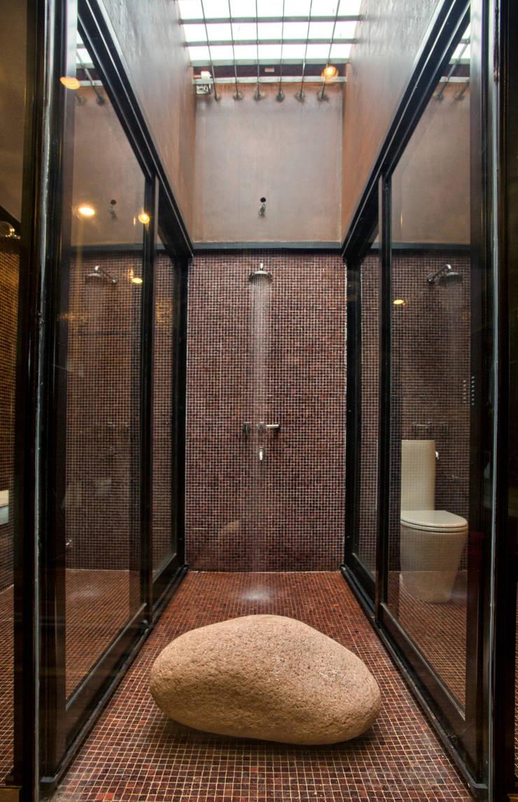 Casa Evans: Baños de estilo  por A4estudio