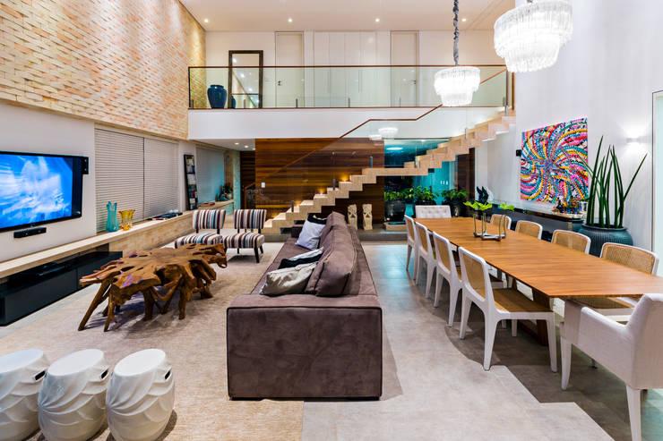 Salones de estilo  de IE Arquitetura + Interiores