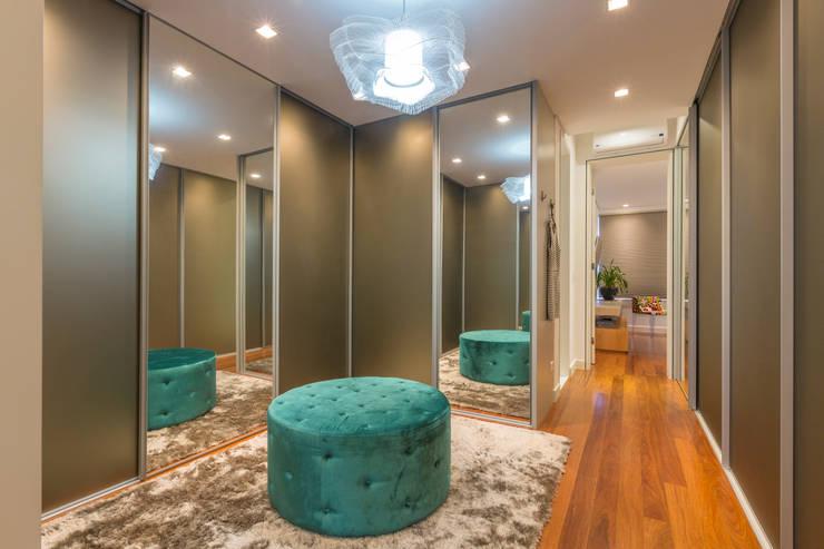 Closets de estilo moderno por IE Arquitetura + Interiores