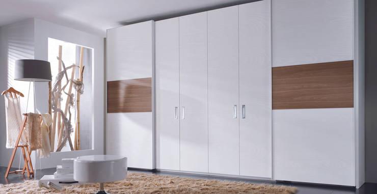 Camera da letto in stile in stile Moderno di MUEBLES OYAGA