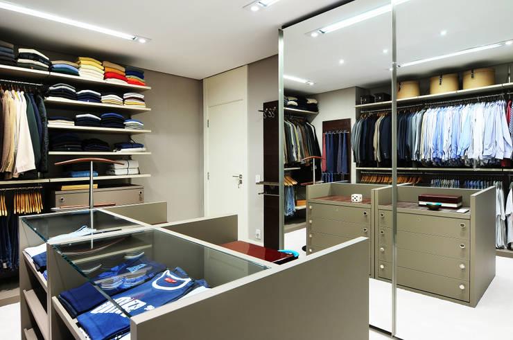 Vestidores y closets de estilo  por BRENO SANTIAGO ARQUITETURA E INTERIORES