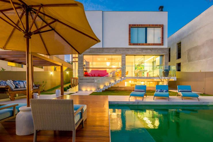 Piscinas de estilo  por IE Arquitetura + Interiores