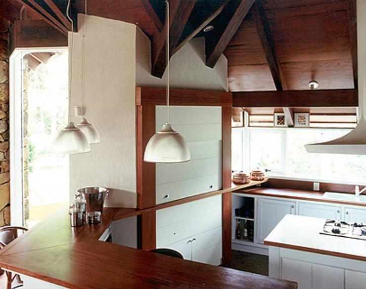 Casa Laje de Pedra: Cozinhas  por Finkelstein Arquitetos,