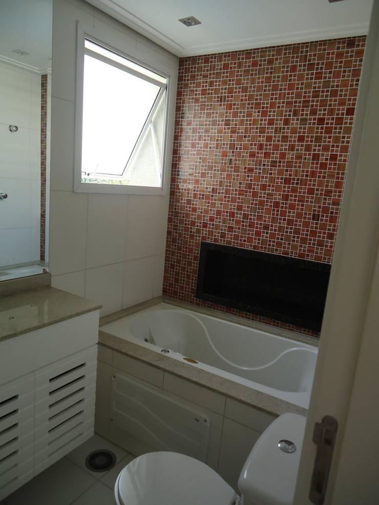 Apartamento tipo Cobertura Granja Julieta: Banheiros  por VT Design - Arquitetura e Interiores