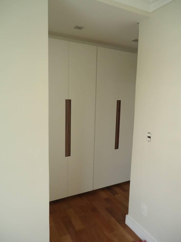 Apartamento tipo Cobertura Granja Julieta: Closets  por VT Design - Arquitetura e Interiores,Rústico Madeira Efeito de madeira