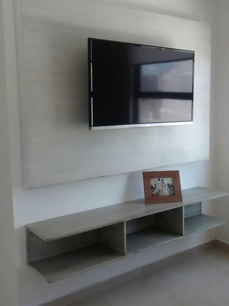 Centro Tv - Lennor: Estudio de estilo  por Bianco  Diseño