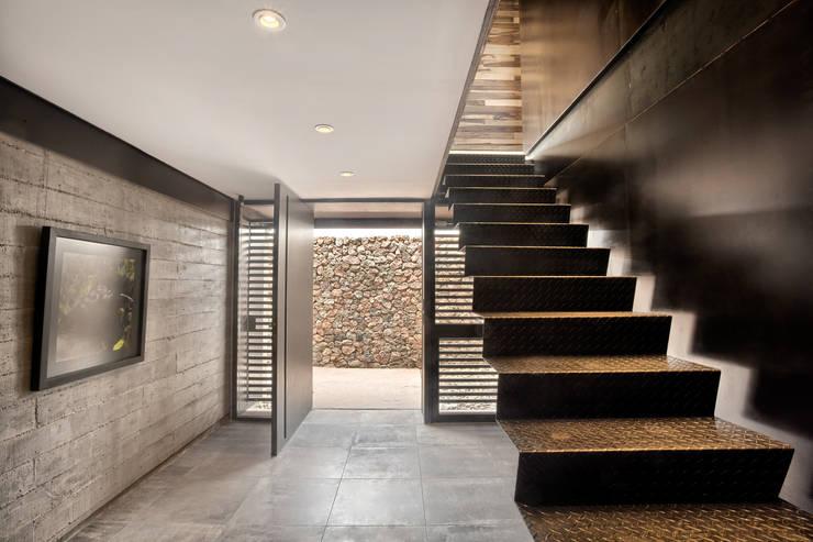 Casa Evans: Pasillos y recibidores de estilo  por A4estudio