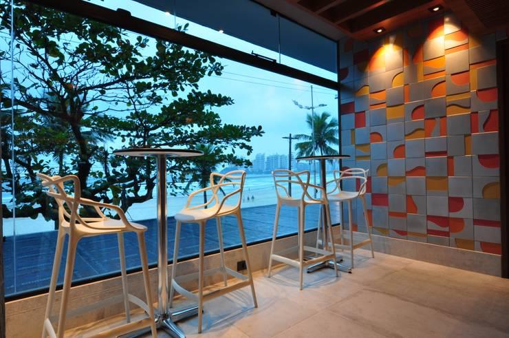 Reformulação ousada em restaurante no litoral paulista: Bares e clubes  por Guido Iluminação e Design