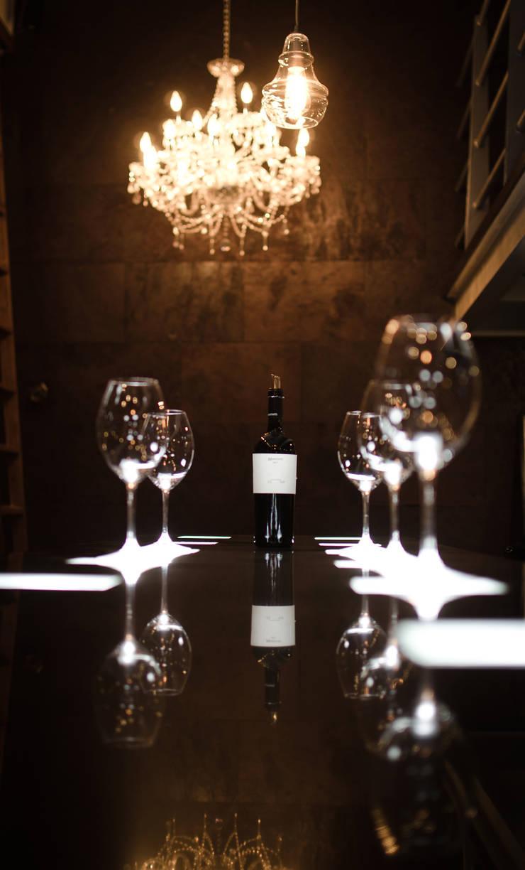 Wine Bar. Barra de cata: Bares y discotecas de estilo  por Axios Arquitectos