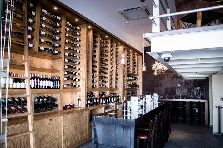 Wine Bar. Cava y barra de cata: Bares y discotecas de estilo  por Axios Arquitectos