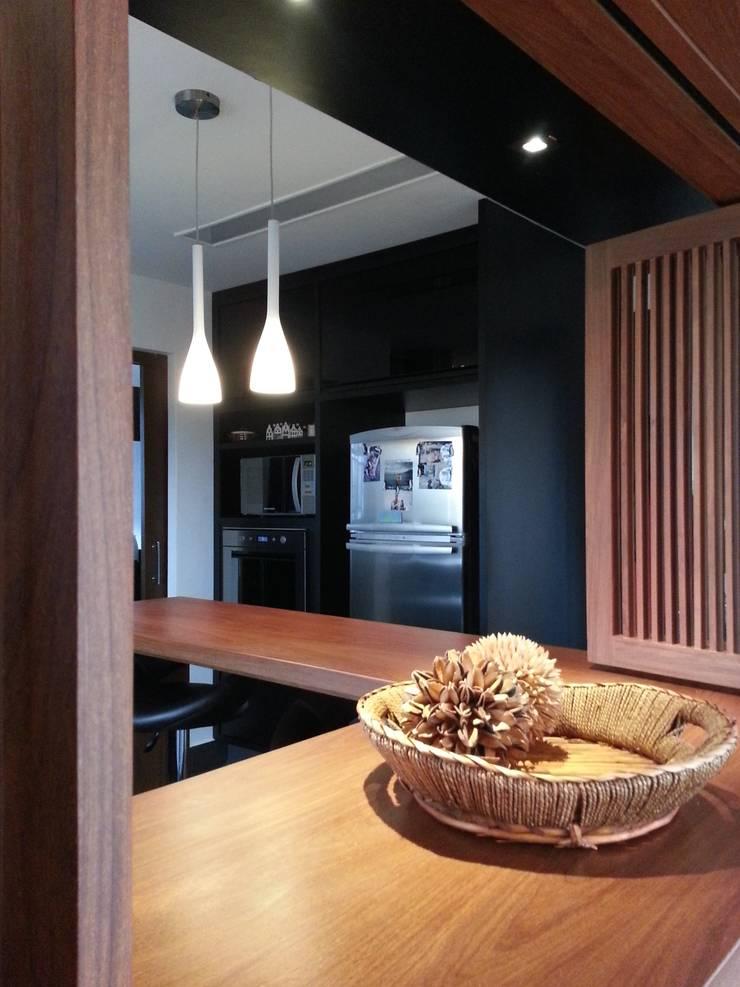 APARTAMENTO VILA MADALENA: Cozinhas  por Bloch Arquitetos Associados