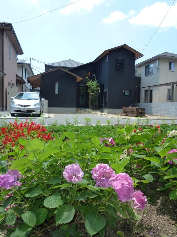 東側(神社境内側)の外観: 上野貴建築研究所が手掛けた家です。