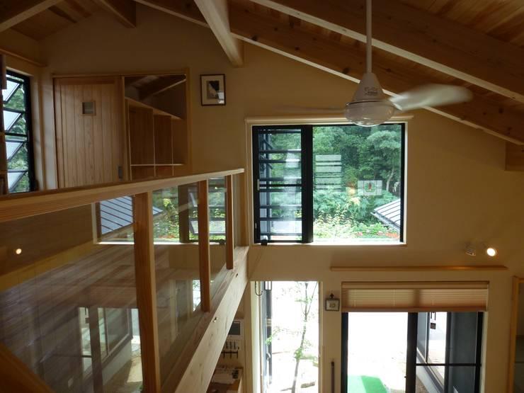 室内側から神社側を観る: 上野貴建築研究所が手掛けた寝室です。