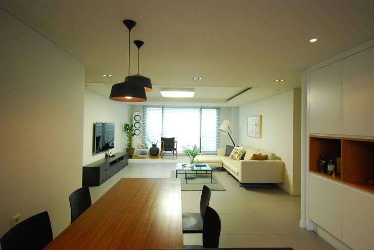 모던함 속 공간마다 다른 색을 가진 신혼집 리모델링 & 홈스타일링: (주)바오미다의  주방