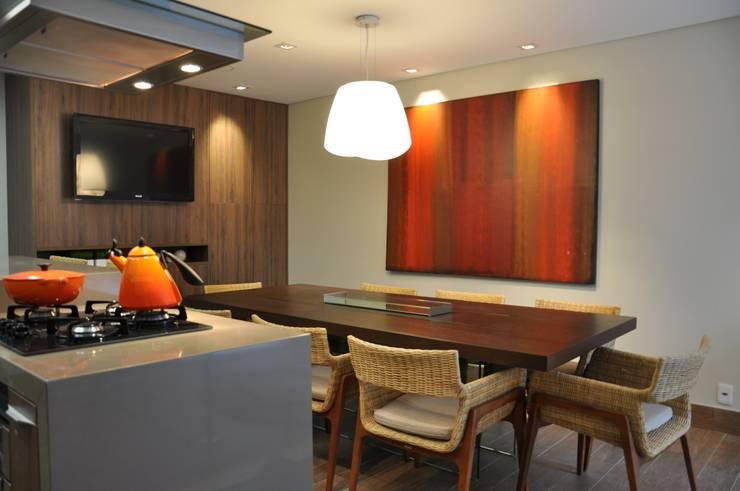 APARTAMENTO DE COBERTURA: Salas de jantar  por Varinia Schwartz Arquitetura & Interiores