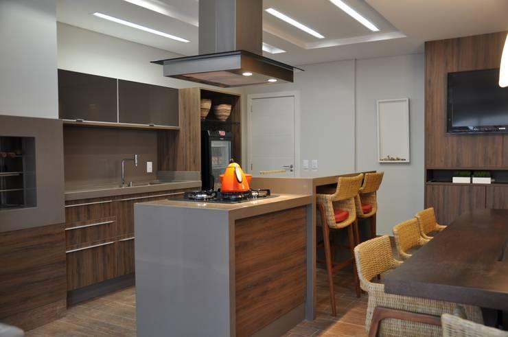 APARTAMENTO DE COBERTURA: Cozinhas modernas por Varinia Schwartz Arquitetura & Interiores