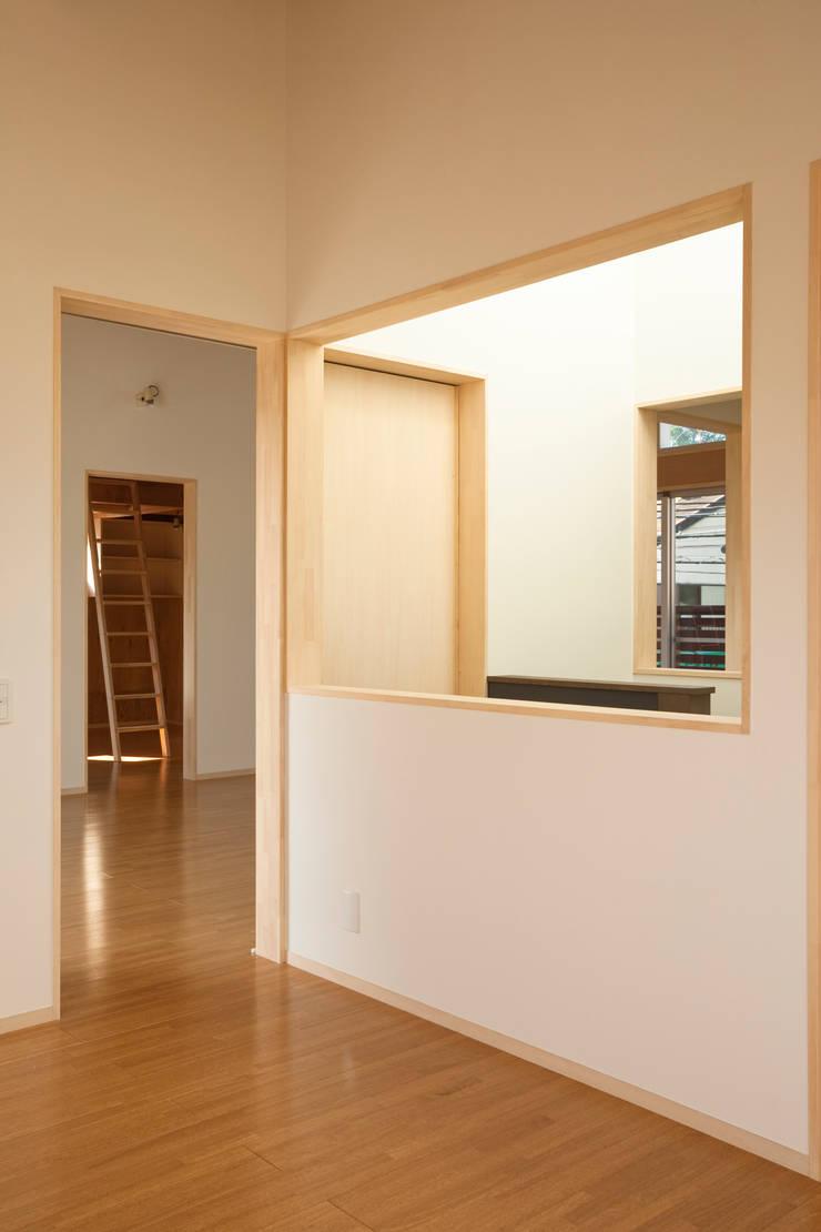 Pasillos y hall de entrada de estilo  por 一級建築士事務所 本間義章建築設計事務所, Moderno