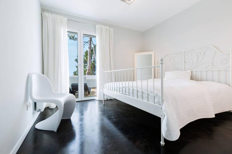 Reforma integral de una  villa situada en Mallorca: Dormitorios de estilo  de ISLABAU constructora