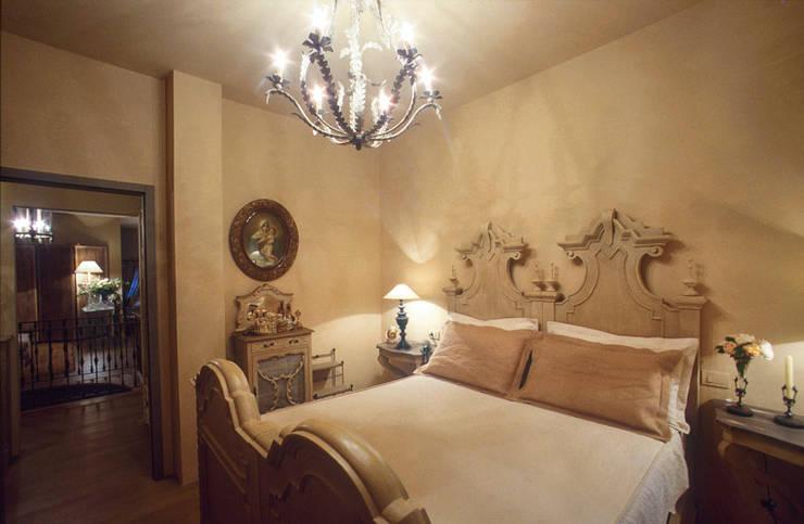 camera da letto: Camera da letto in stile in stile Rustico di Anna Paghera s.r.l. - Interior Design