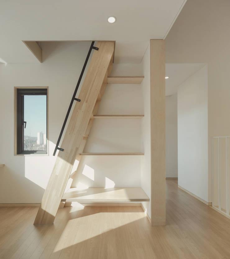원주 W-House (박물관이 살아있다): (주)유타건축사사무소 의  거실
