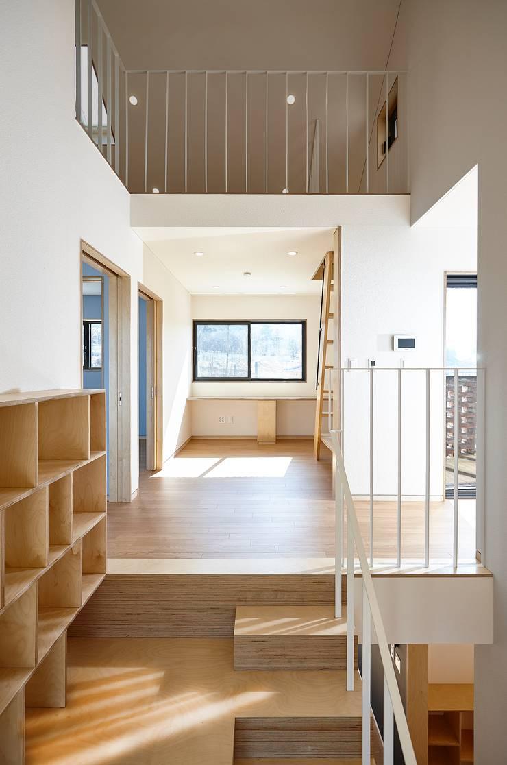 원주 W-House (박물관이 살아있다): (주)유타건축사사무소 의  복도 & 현관