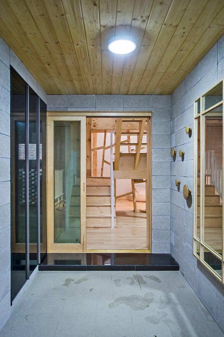 창원 재미있는 집 : (주)유타건축사사무소 의  복도 & 현관