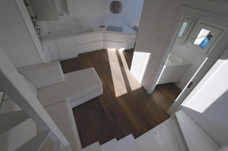 Parquette: Ingresso & Corridoio in stile  di Mangodesign