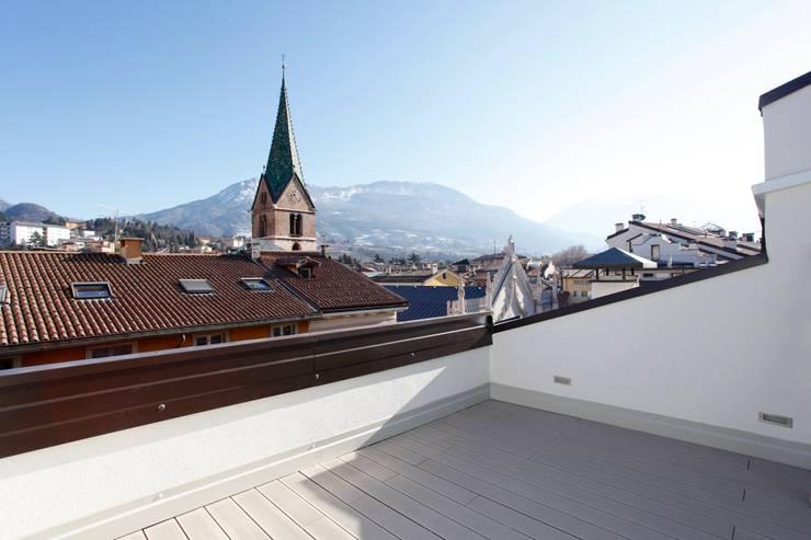 Ristrutturazione ed arredo su misura di un attico con soppalco: Terrazza in stile  di Mangodesign