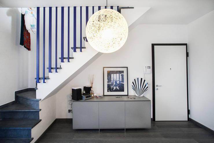 Corredores e halls de entrada  por Alessandro Corina Interior Designer