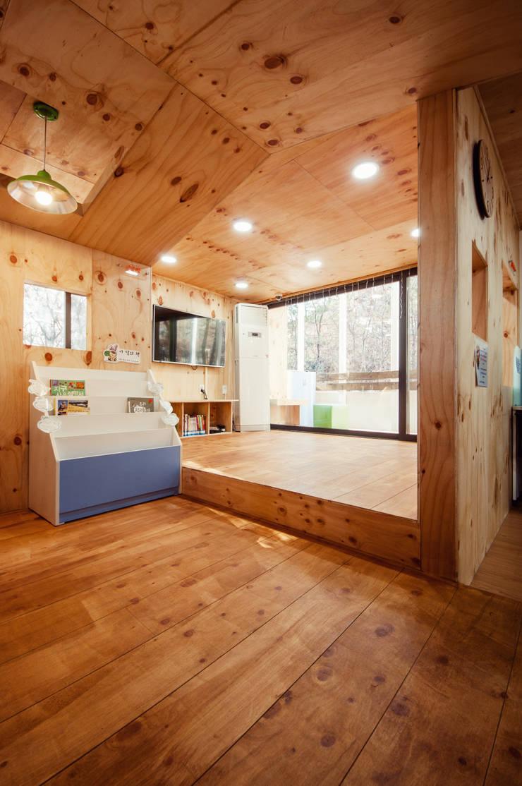 동대문 어린이 도서관: (주)유타건축사사무소 의  상업 공간,모던 아마 / 리넨 핑크