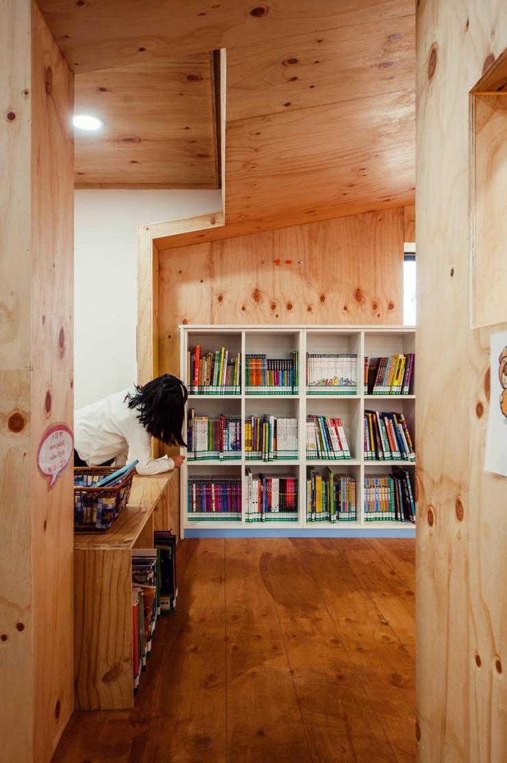 동대문 어린이 도서관: (주)유타건축사사무소 의  상업 공간,모던 코르크