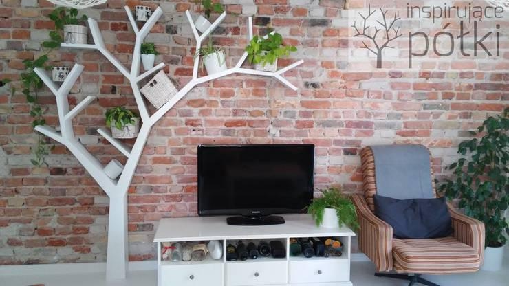 Półka drzewo 210x210: styl , w kategorii Salon zaprojektowany przez INSPIRUJĄCE PÓŁKI
