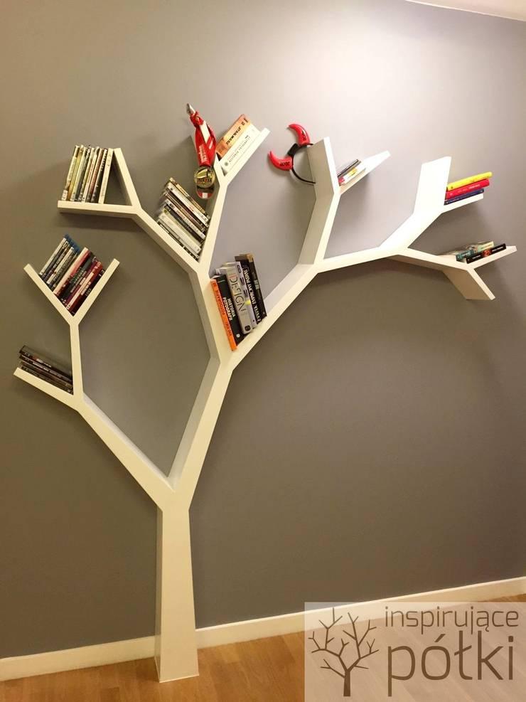 Półka jak drzewo 210x210: styl , w kategorii Salon zaprojektowany przez INSPIRUJĄCE PÓŁKI