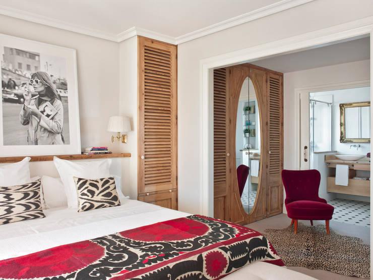 CASA DE VERANO 2013: Dormitorios de estilo ecléctico de BELEN FERRANDIZ INTERIOR DESIGN