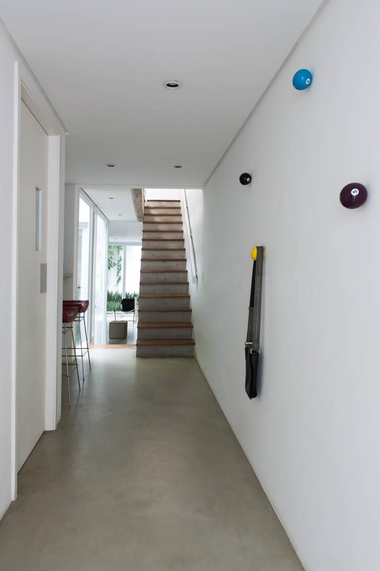 Residência Milani: Corredores e halls de entrada  por Belleza & Batalha C do Lago Arquitetos Associados