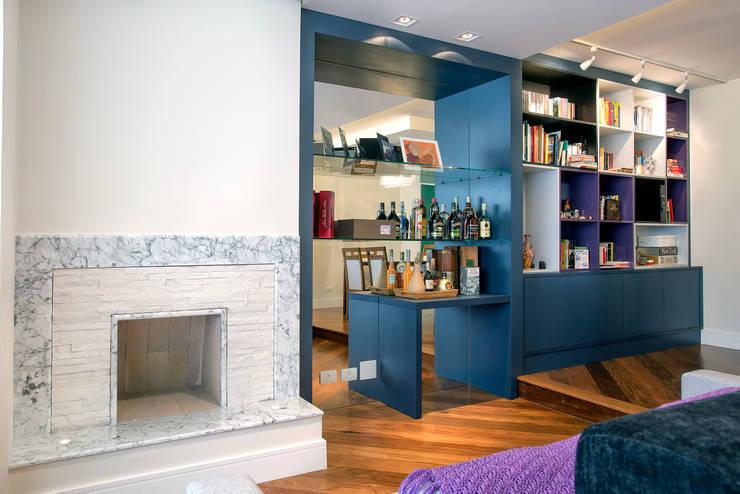Apartamento 01: Salas de estar  por P.B Arquitetura